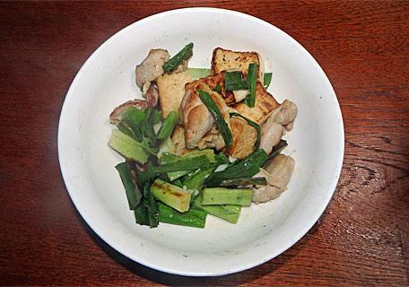 九条ネギと厚揚げと鶏肉の炒め物
